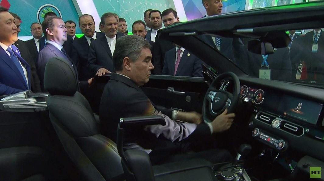 شاهد..  رئيس تركمانستان يلتقي رئيس وزراء روسيا ويتعرف على سيارة