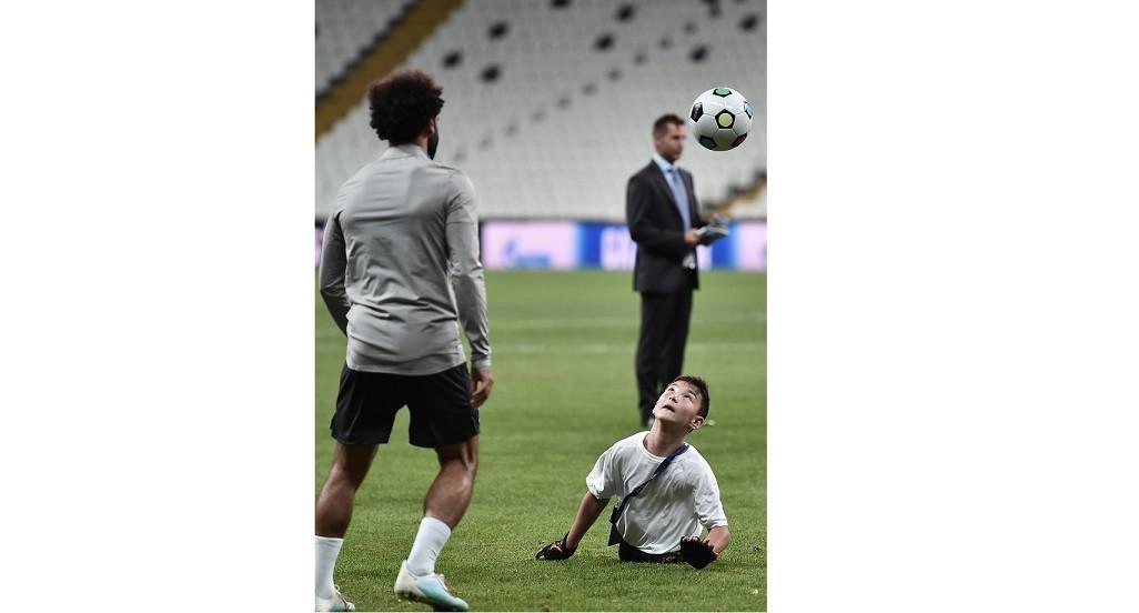 صلاح يرسم الابتسامة على وجه طفل مبتور القدمين يظهر موهبة في كرة القدم