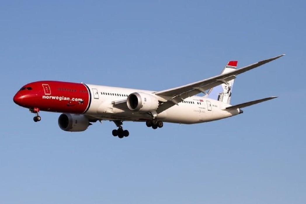طائرة ركاب نرويجية تصطدم بسياج في مطار لندن