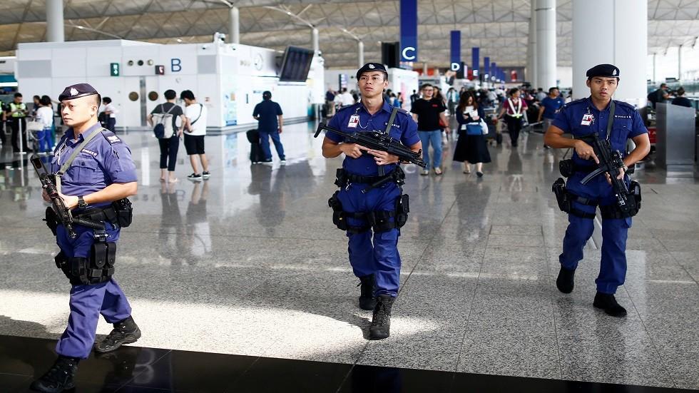 الشرطة تعتقل 5 في مطار هونغ كونغ احتجزوا ضابطا وصحفيا