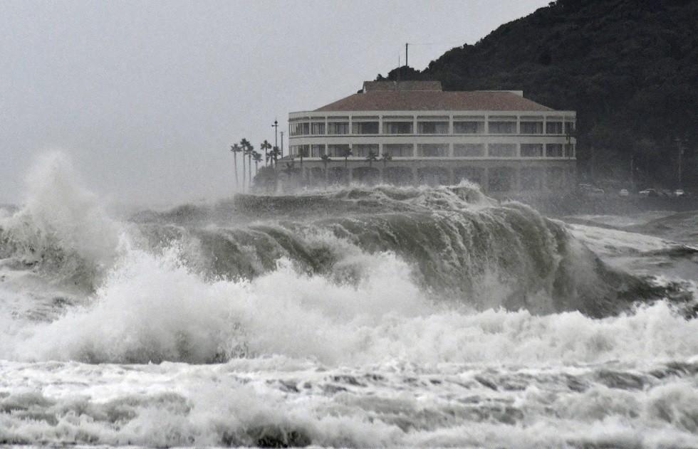 اليابان تدعو أكثر من 300 ألف شخص لإخلاء منازلهم مع اقتراب العاصفة
