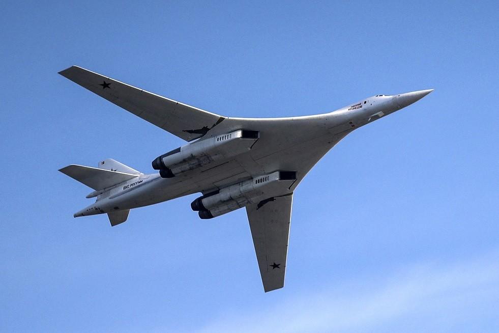 حاملتا صواريخ روسيتان من طراز TU-160في مطار قريب من الحدود الأمريكية