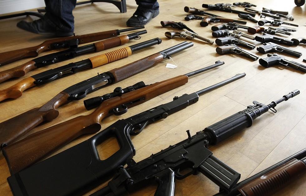 أسلحة نارية مصادرة من عصابة تهريب أسلحة، في مقر الشرطة الفدرالية في بروكسل