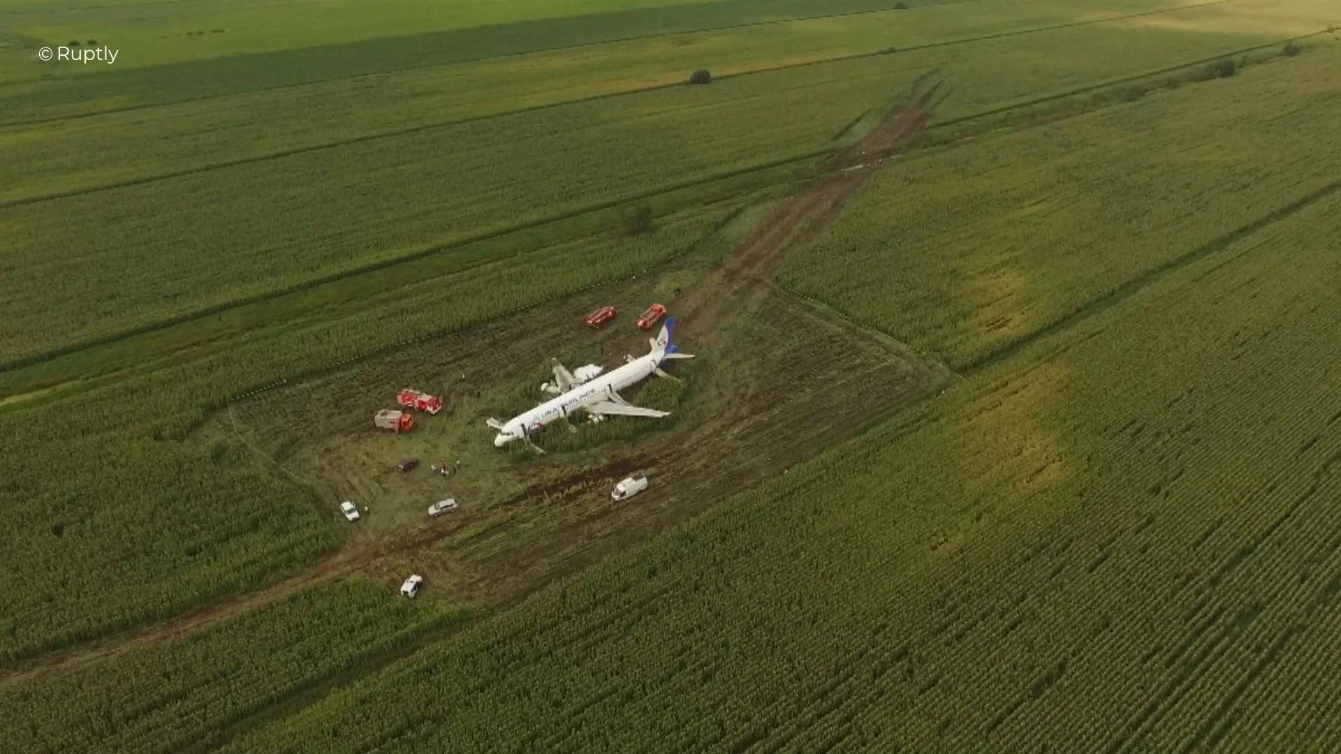 اللحظات الأولى لطائرة الركاب الروسية بعد هبوطها الاضطراري