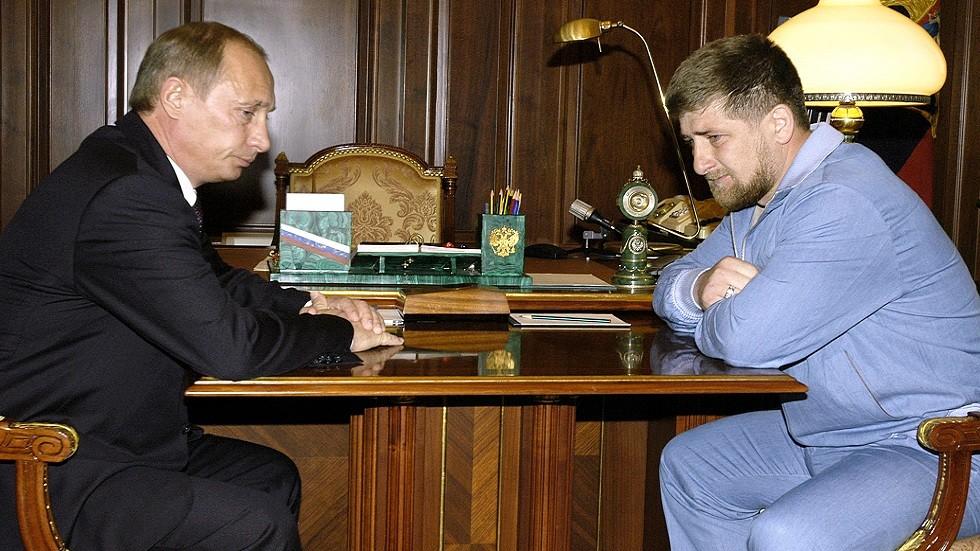 الرئيس فلاديمير بوتين يستقبل رمضان قديروف في الكرملين في نفس اليوم الذي قتل فيه والده 9 مايو 2004