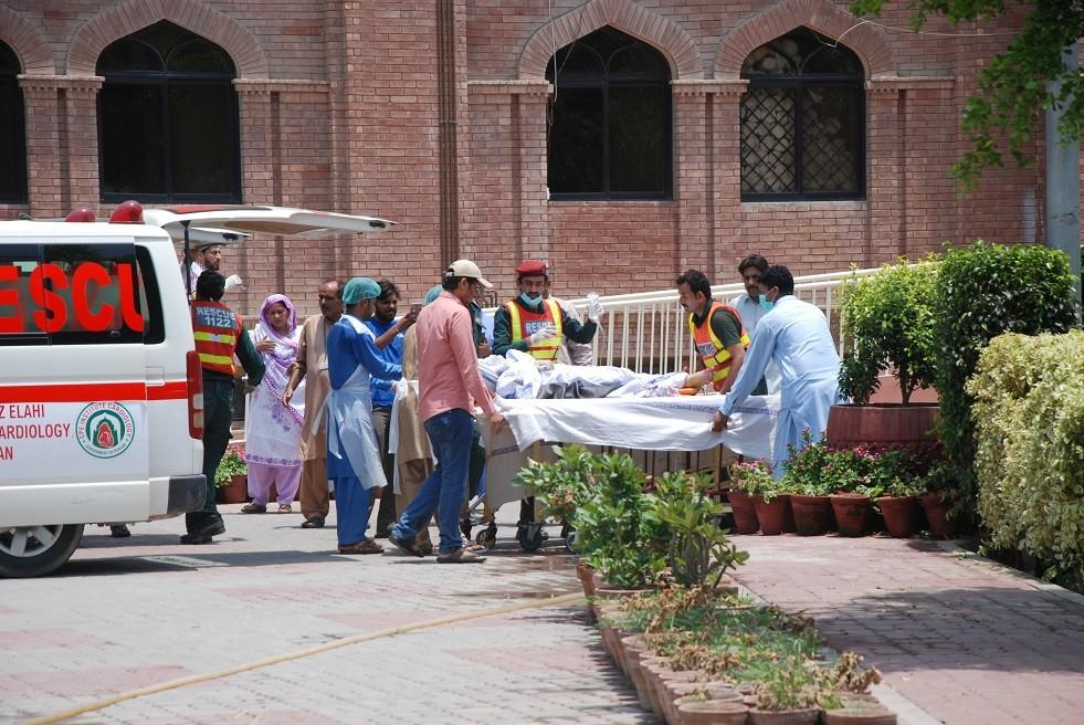 صورة أرشيفية لمصابين إثر تفجير في باكستان