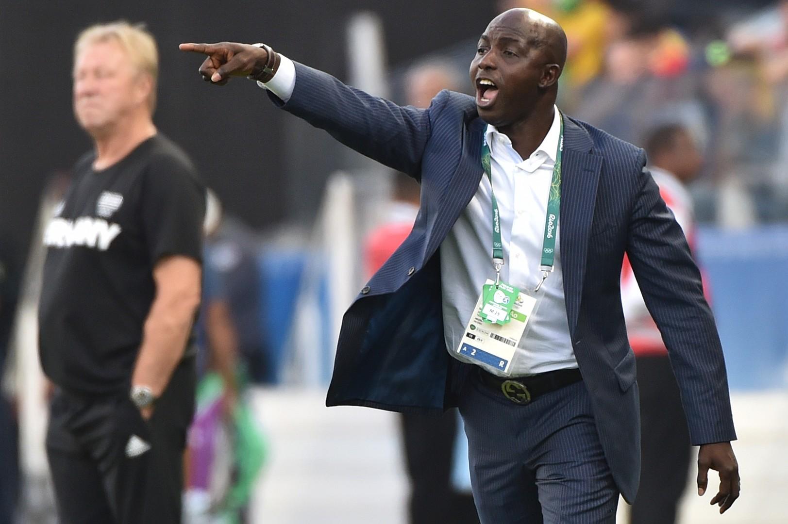 إيقاف مدرب نيجيريا السابق مدى الحياة