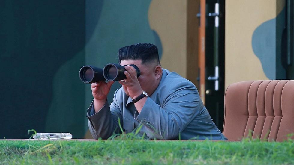 زعيم كوريا الشمالية كيم جونغ أون يراقب اختبارات صاروخية (صورة أرشيفية)