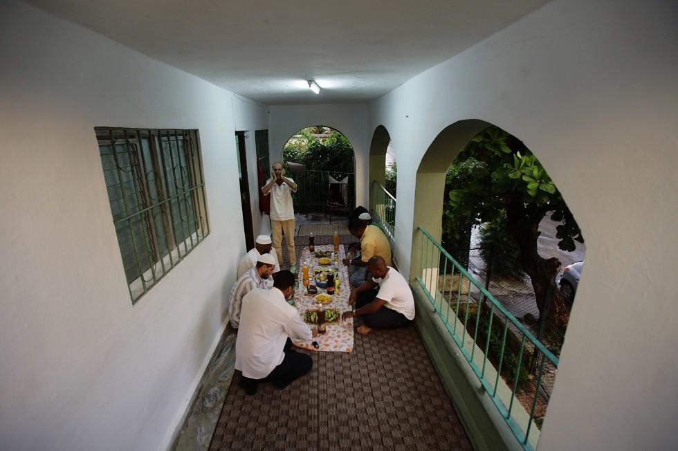 مسلمون في هافانا قبل موعد الإفطار في شهر رمضان