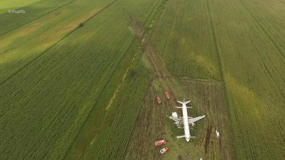 منظر من الجو لطائرة إيرباص 321 التابعة لشركة الخطوط الجوية أورال، التي هبطت اضطراريا بالقرب من مطار جوكوفسكي على مشارف موسكو