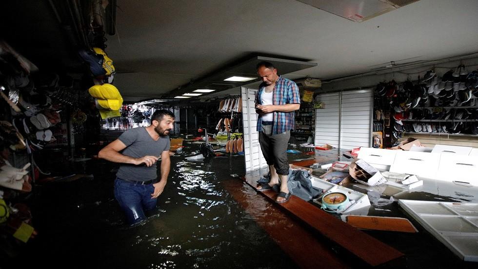 بالفيديو.. الأمطار تغمر أسواق اسطنبول وتجرف بضاعتها