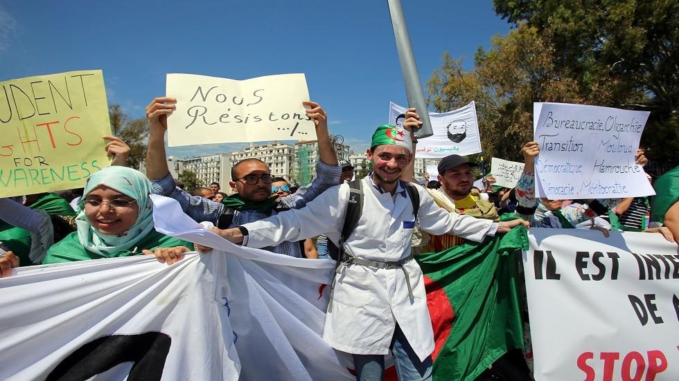 الجزائر.. طلاب يقتحمون اجتماع