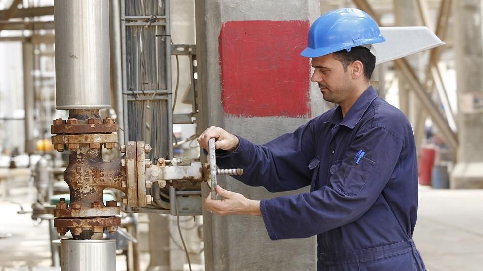 عامل في مصفاة لتكرير النفط في بغداد - أرشيف