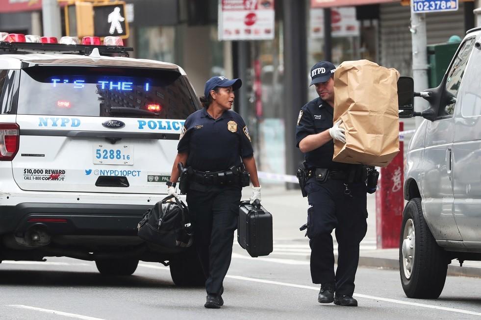 ضباط يجمعون الأدلة خلال التحقيق في حزم مريبة في مانهاتن بنيويورك