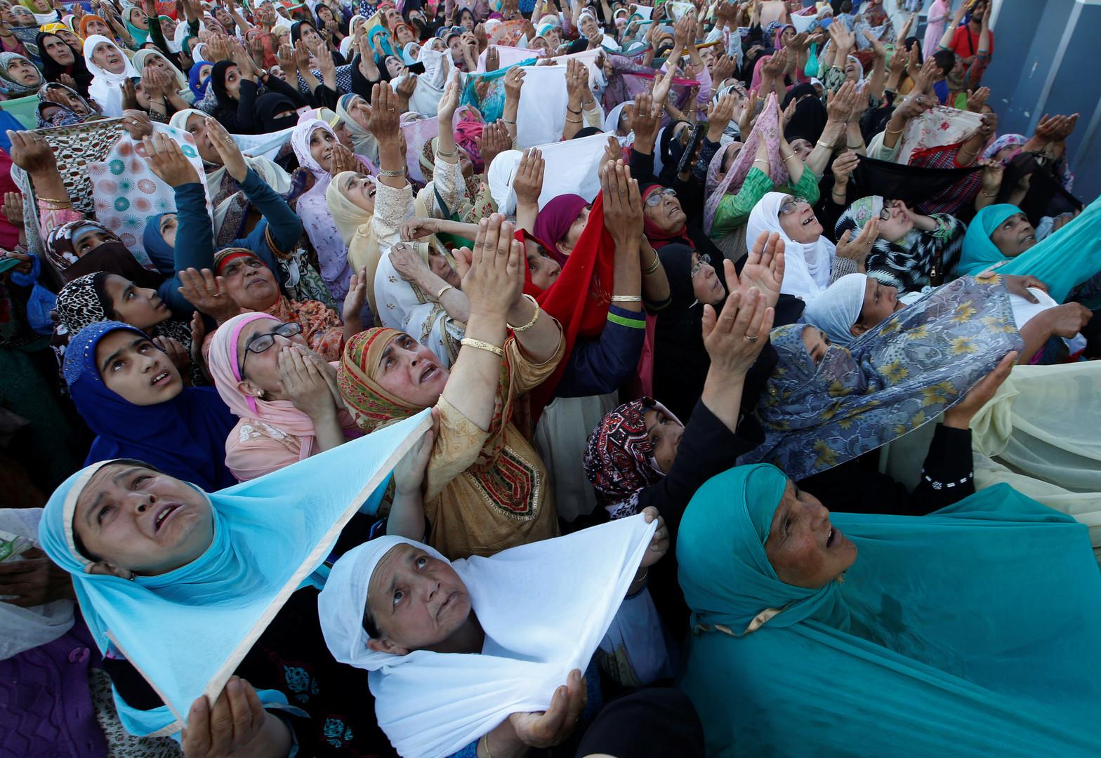مسلمات يتوجهن بالدعاء في أحد جوامع الهند