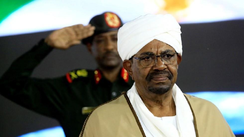 الصور الأولى للرئيس السوداني المخلوع عمر البشير من داخل المحكمة اليوم
