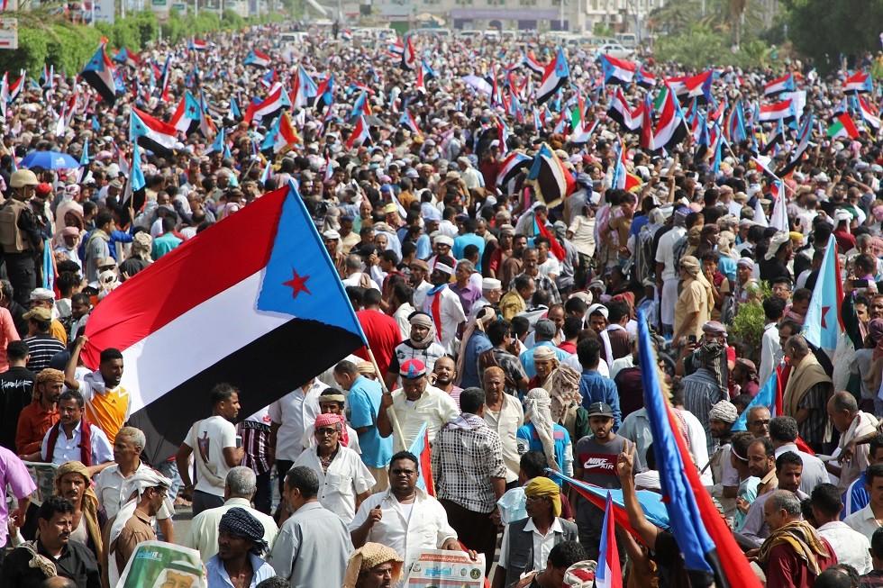أعلام الدولة اليمنية الجنوبية ترفرف في عدن