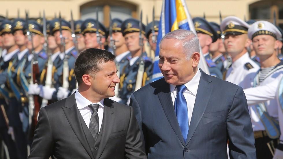 بنيامين نتنياهو وفلاديمير زيلينسكي أثناء الاستقبال الرسمي