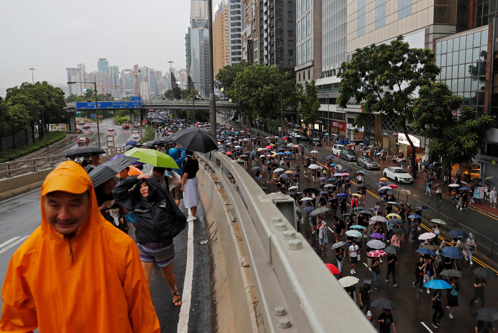 الخارجية البريطانية تعلن أن الصين احتجزت أحد موظفيها لدى عودته من هونغ كونغ