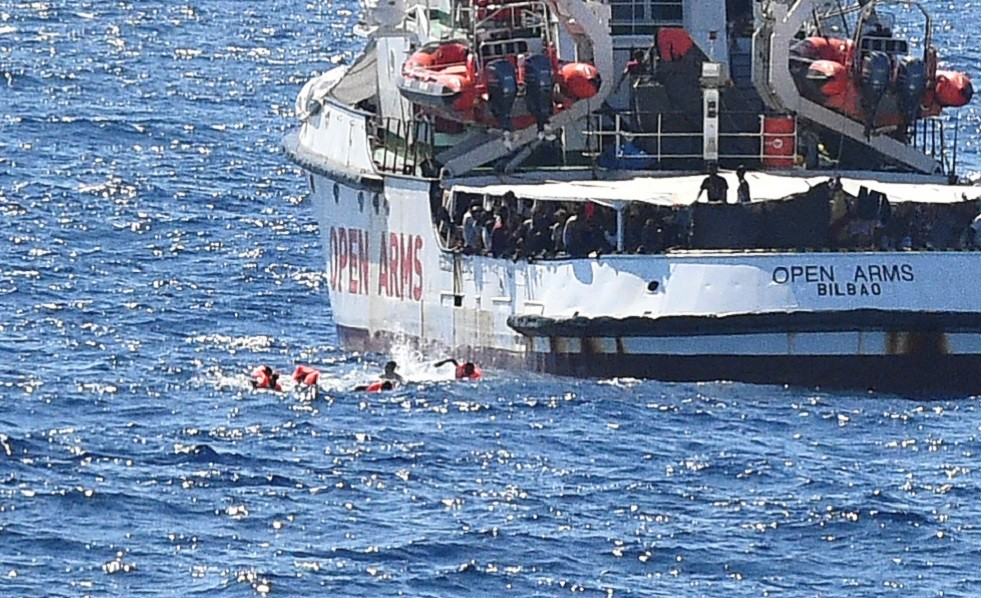 إسبانيا ترسل سفينة عسكرية لنقل المهاجرين من سفينة عالقة قبالة إيطاليا