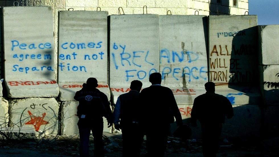 فلسطينيون قرب جدار الفصل - أرشيف