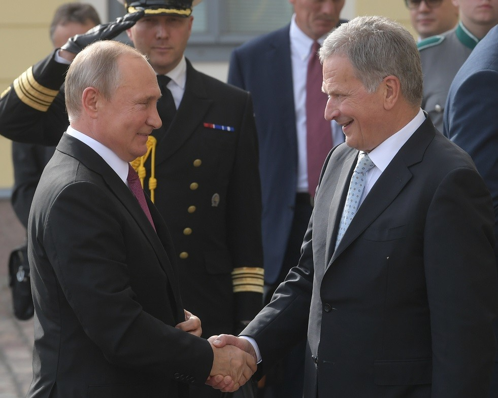 رئيس فنلندا يرحب ببوتين باللغة الروسية
