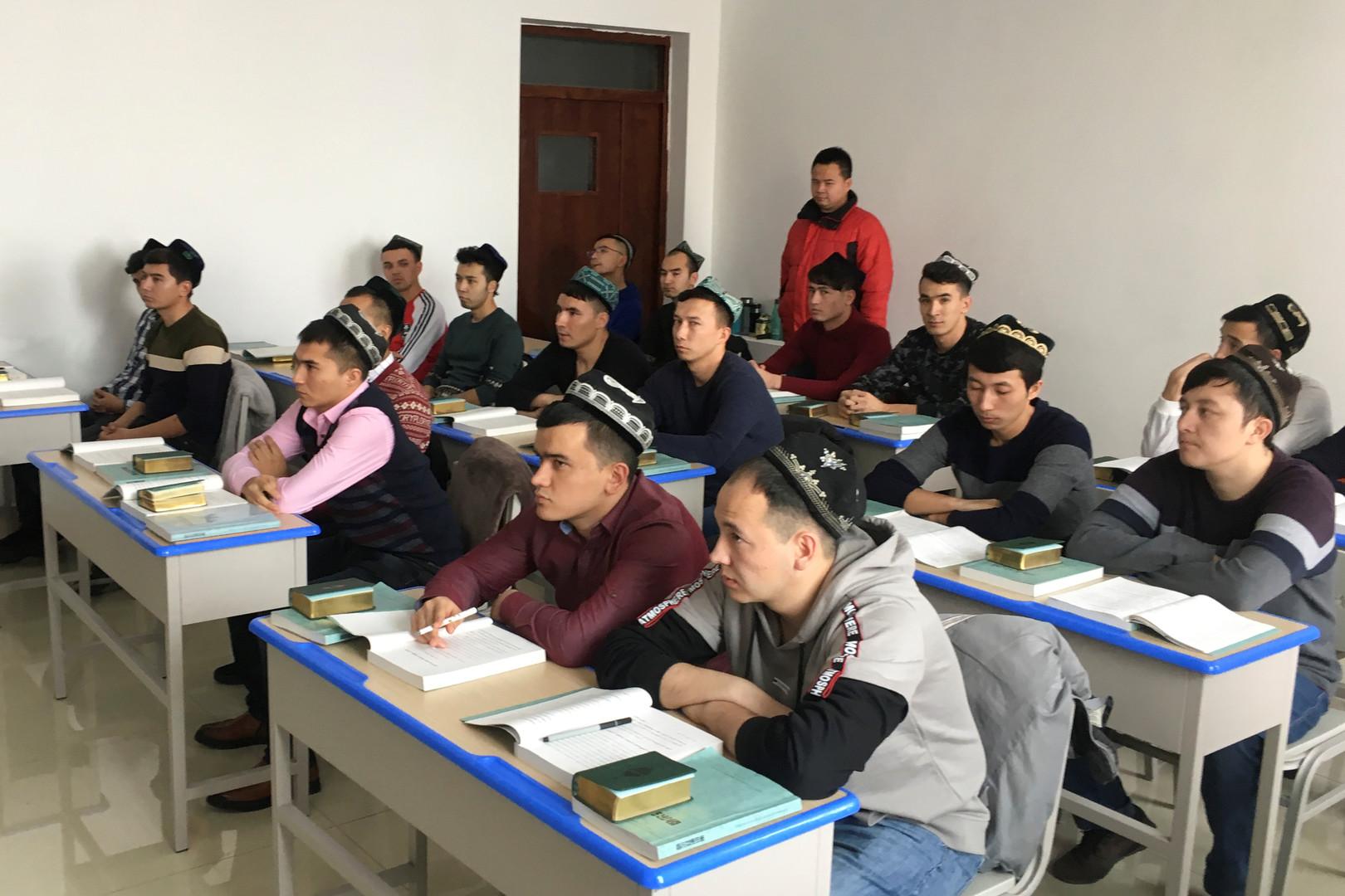 طلبة في مدرسة إسلامية بإقليم شينجيانغ