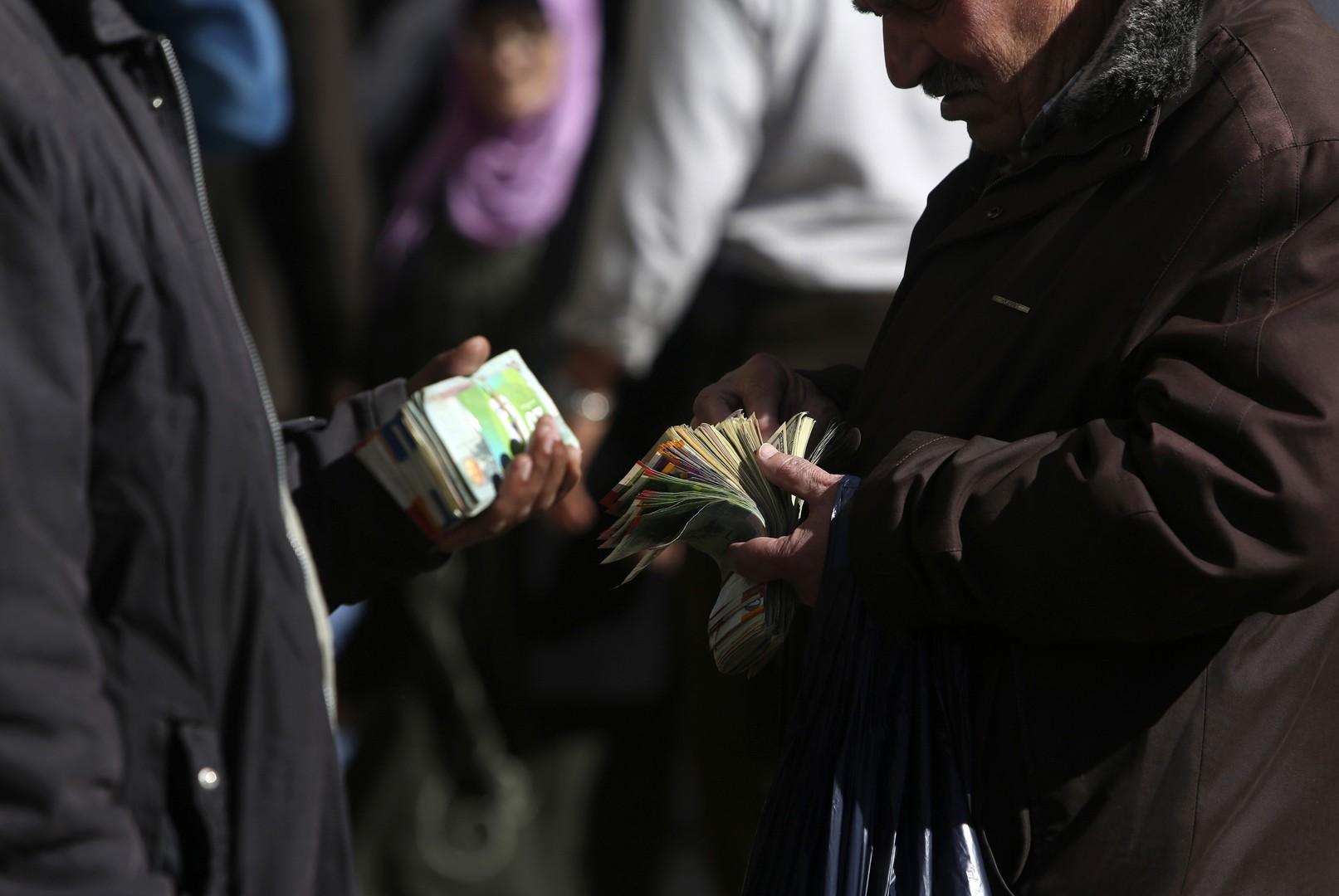 رئيس الوزراء الفلسطيني يعلن صرف رواتب الموظفين العموميين بنسبة 110%