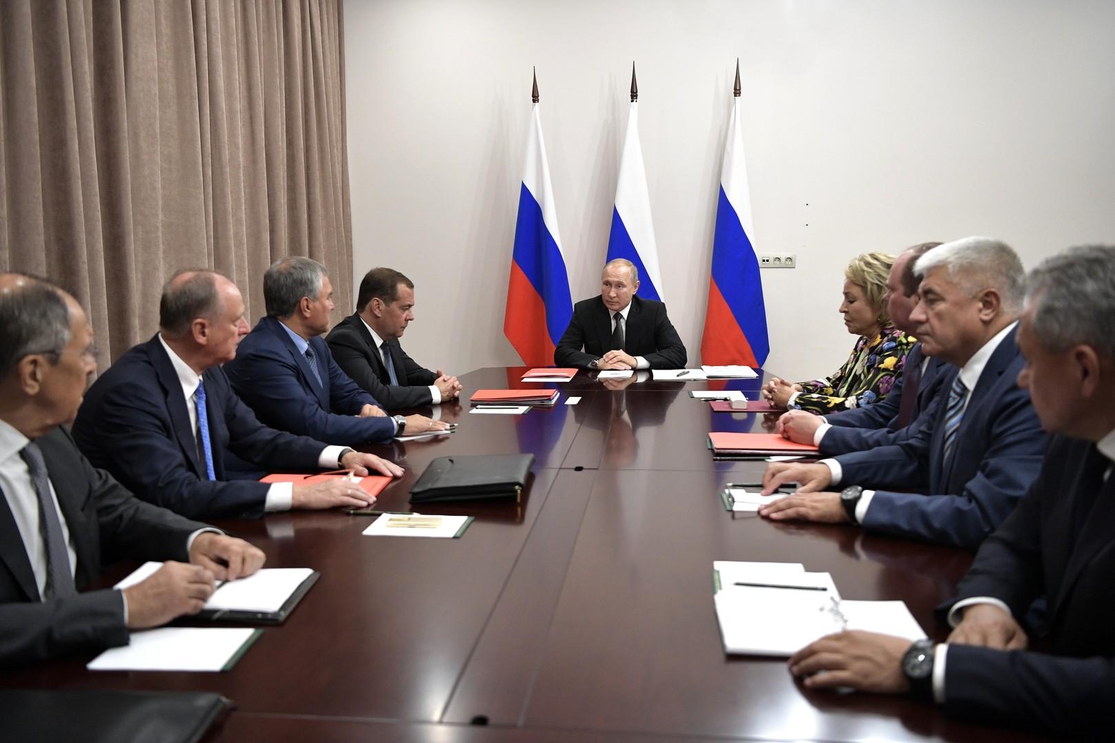 أرشيف - الرئيس الروسي ورئيس وزرائه في اجتماع مع أعضاء مجلس الأمن الروسي