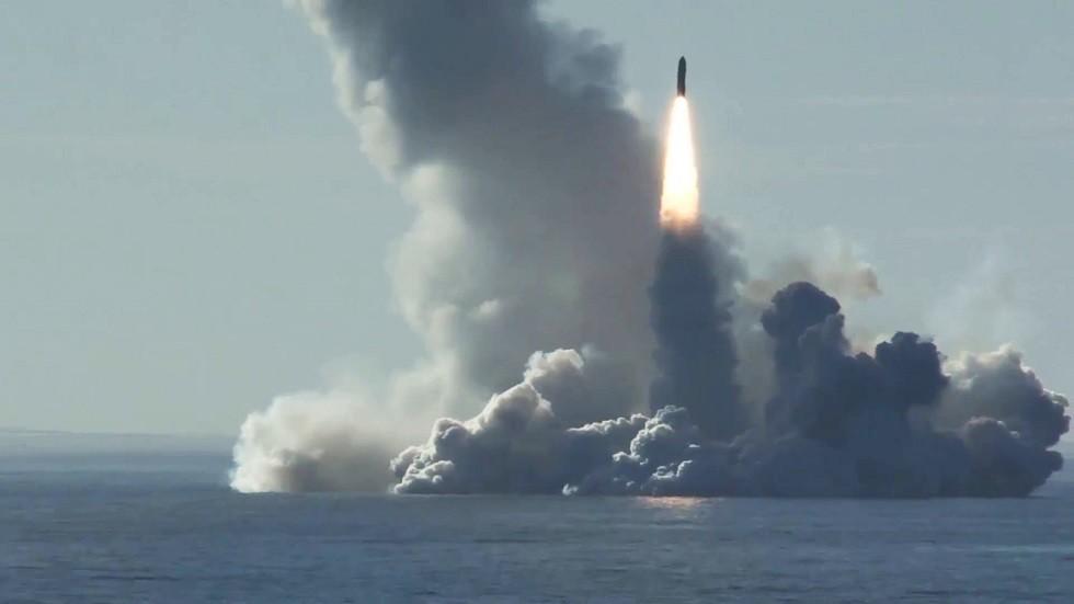 أرشيف - إطلاق صاروخ بولافا الباليستي من الغواصة يوري دولغوروكي في البحر الأبيض