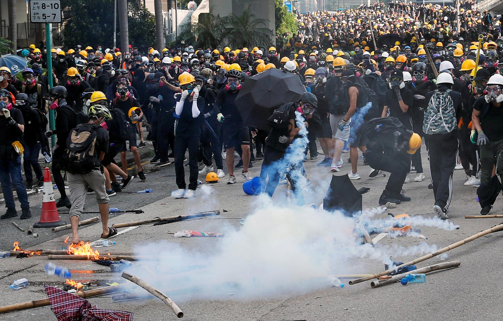 الشرطة في هونغ كونغ تستخدم الغاز المسيل للدموع لتفريق المحتجين