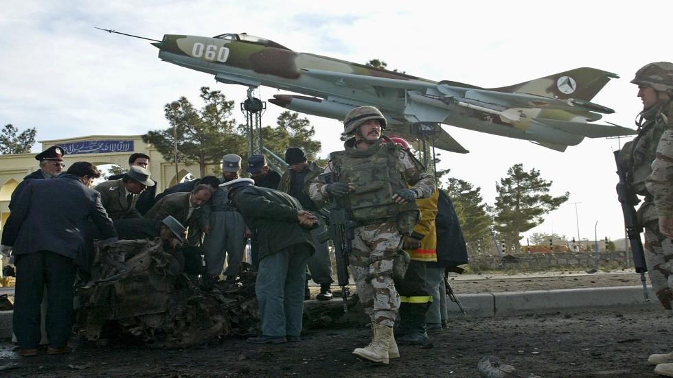 قوات من الناتو تعاين موقع تفجير بأفغانستان - أرشيف