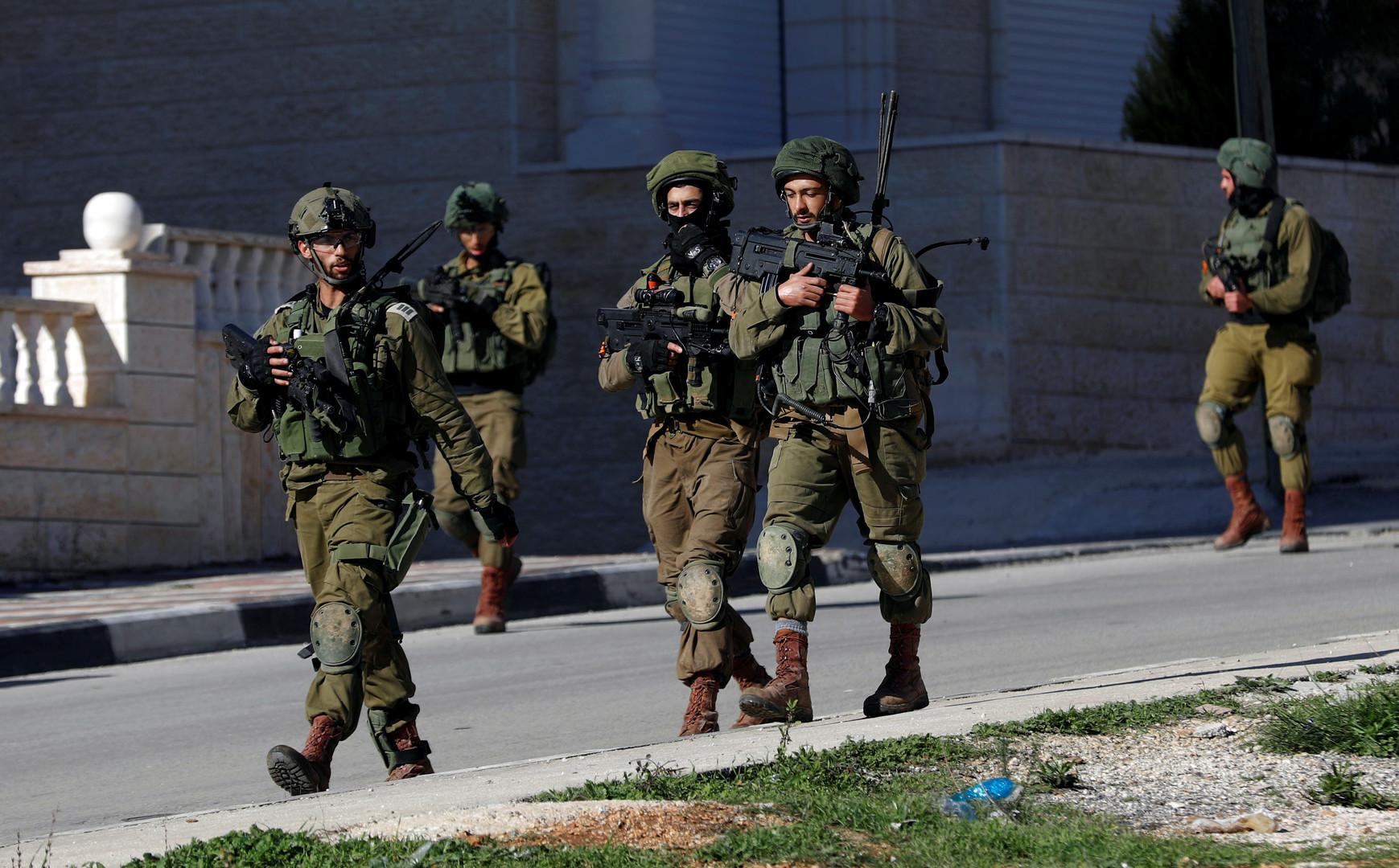 إسرائيل تعتقل فلسطينيين على خلفية تفجير عبوة ناسفة غرب رام الله