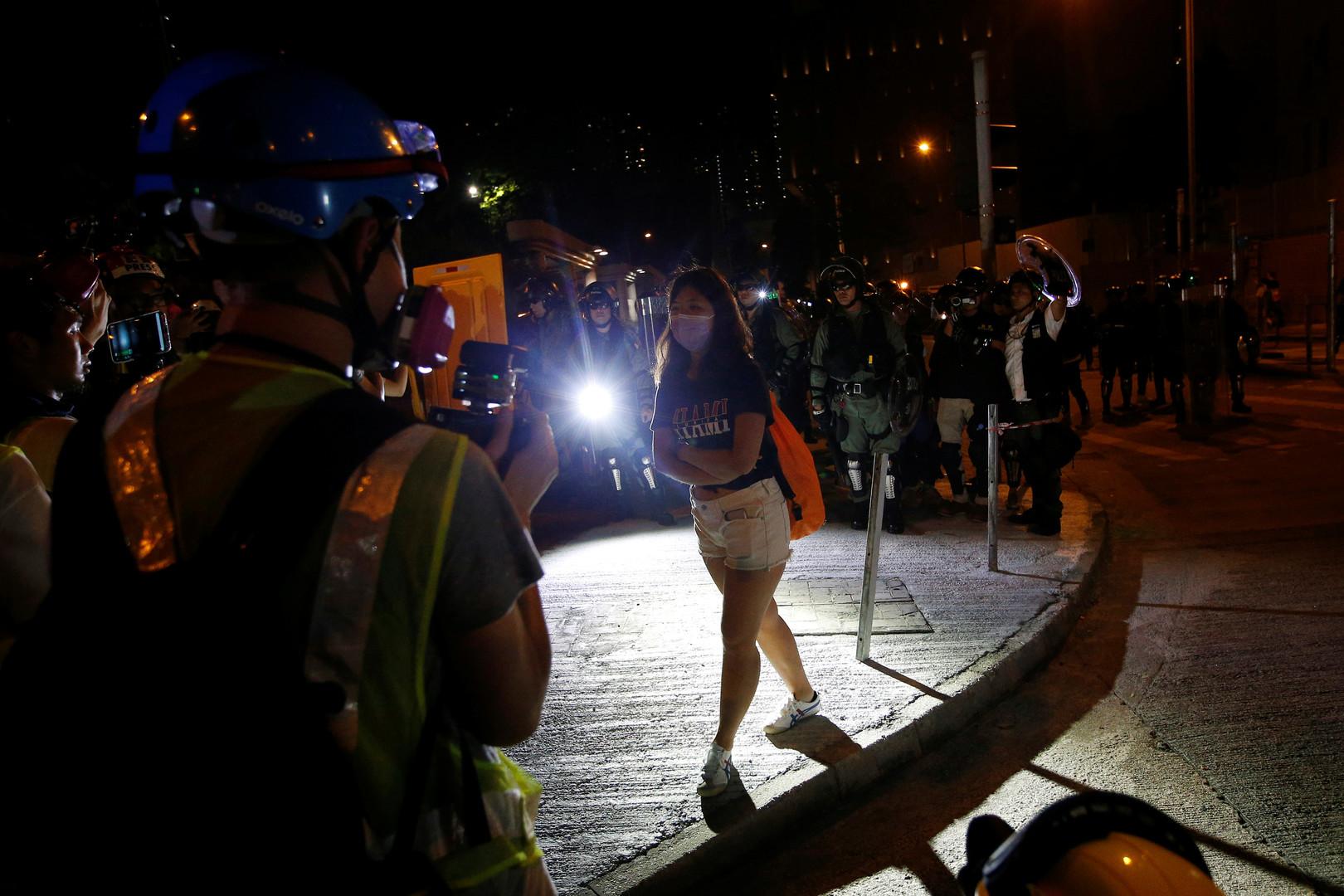 شرطة هونغ كونغ تعتقل 29 شخصا بعد اشتباكات حادة