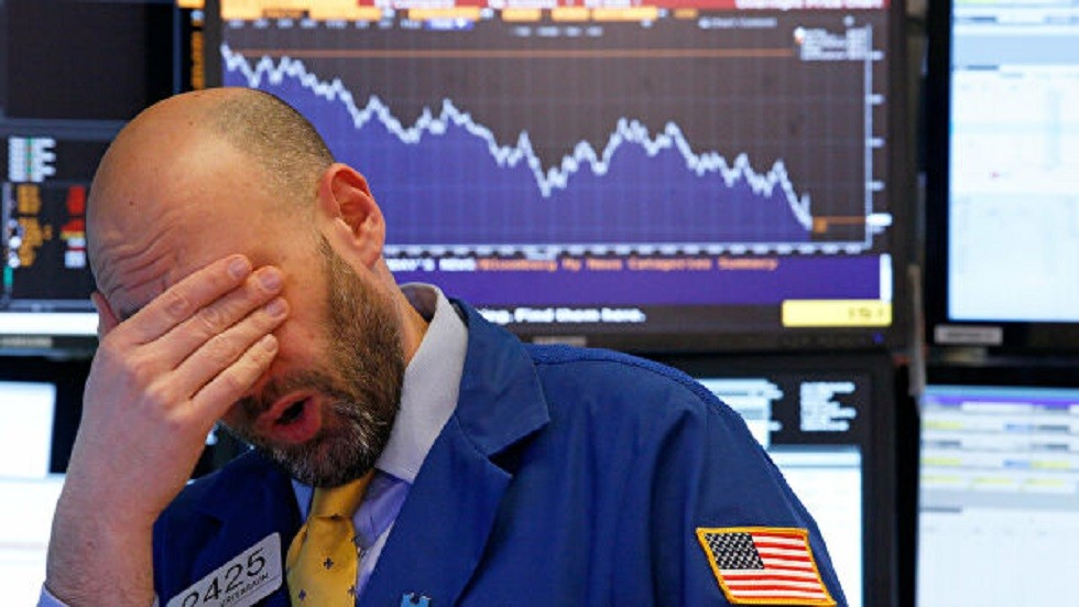 أسواق عالمية تتراجع والمستثمرون يلوذون بالذهب