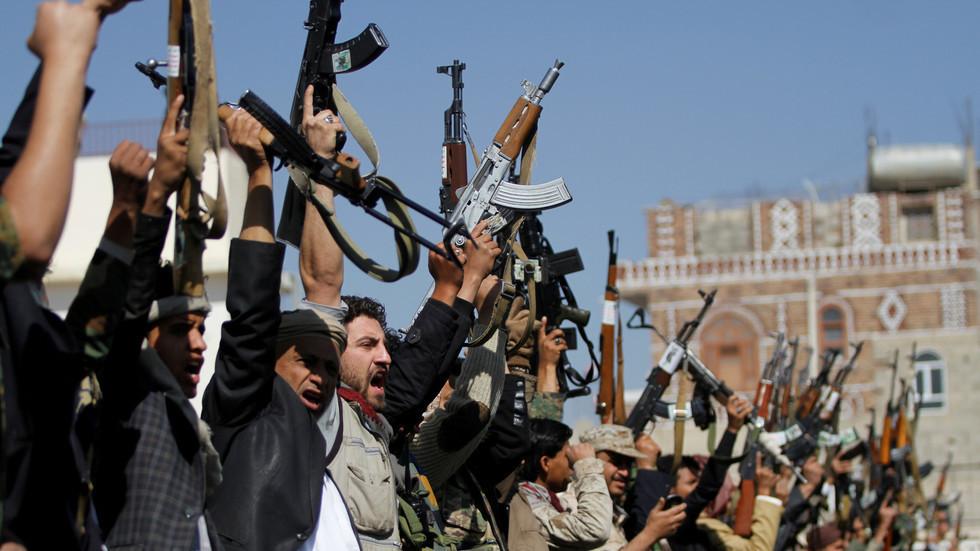 الحوثيون يشكلون فريقا