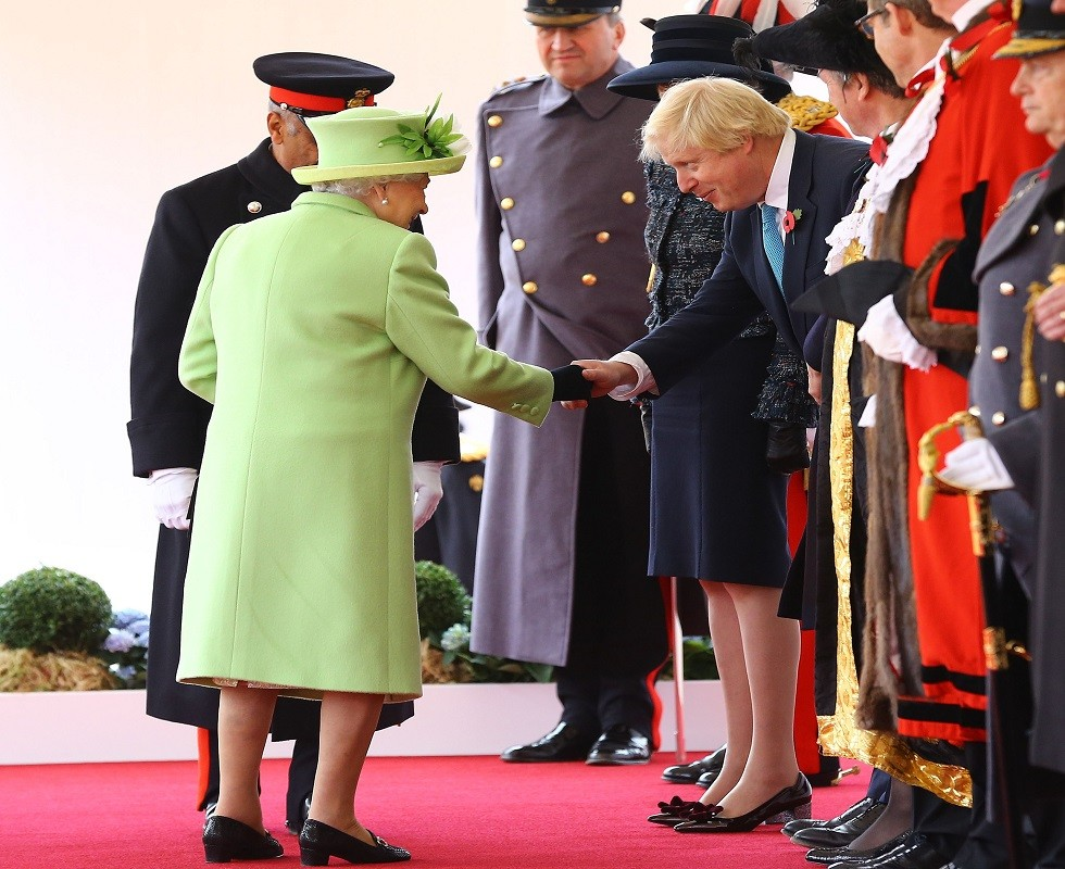 بوريس جونسون والملكة إليزابيث