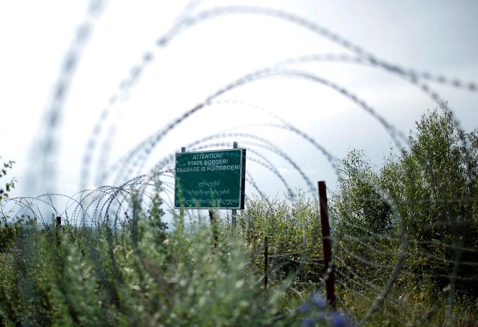 شريط أسلاك شائكة على  الحدود بين أوسيتيا الجنوبية وجورجيا