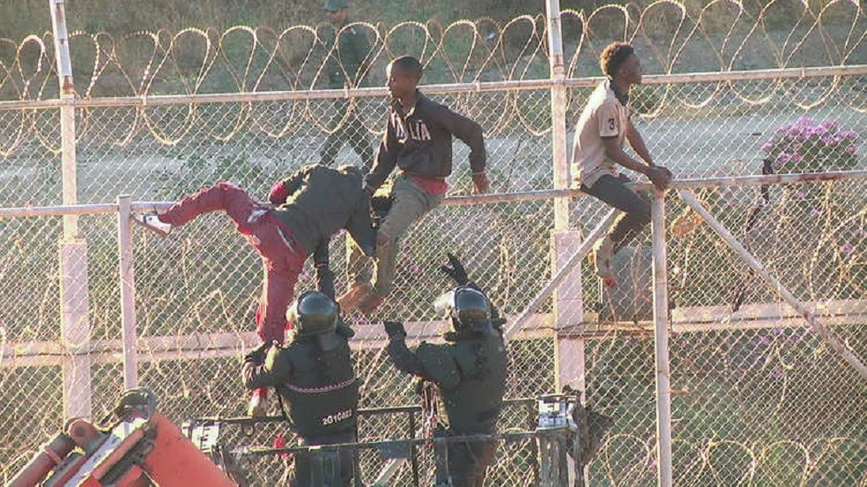 150 مهاجرا يقتحمون جيب سبتة