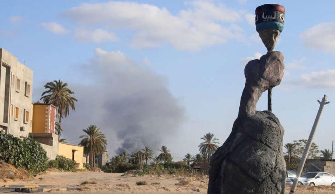 عمود دخاني يتصاعد فوق منطقة القتال في طرابلس (أرشيف)