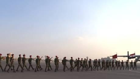 لحظات مغادرة قوات مظليين مصرية إلى روسيا