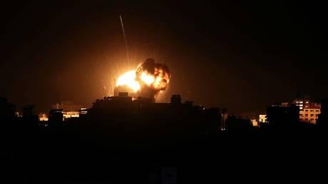 الطيران الإسرائيلي يستهدف مواقع في غزة.. وإطلاق صاروخ آخر من القطاع