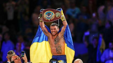 شاهد.. بطل العالم للملاكمة الأوكراني لوماتشينكو يحرج متحديه بحركة ذكية