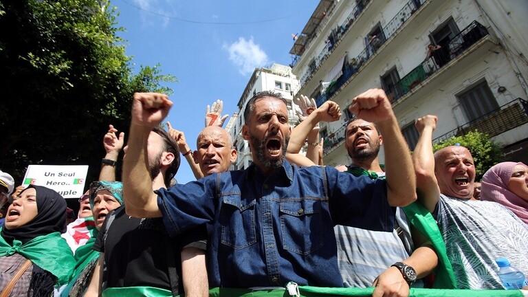 الجزائريون يتظاهرون للأسبوع الـ32 رغم تحذير الجيش