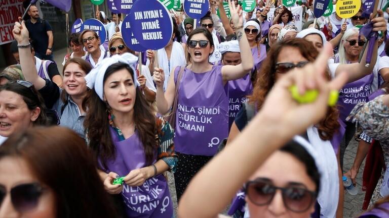 تظاهرة نسوية في اسطنبول احتجاجا على العنف ضد المرأة
