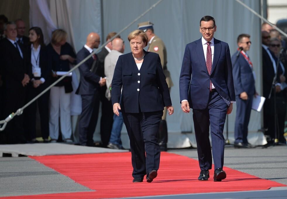 رئيس الوزراء البولندي ماتيوش مورافيتسكي مع المستشارة الألمانية أنغيلا ميركل