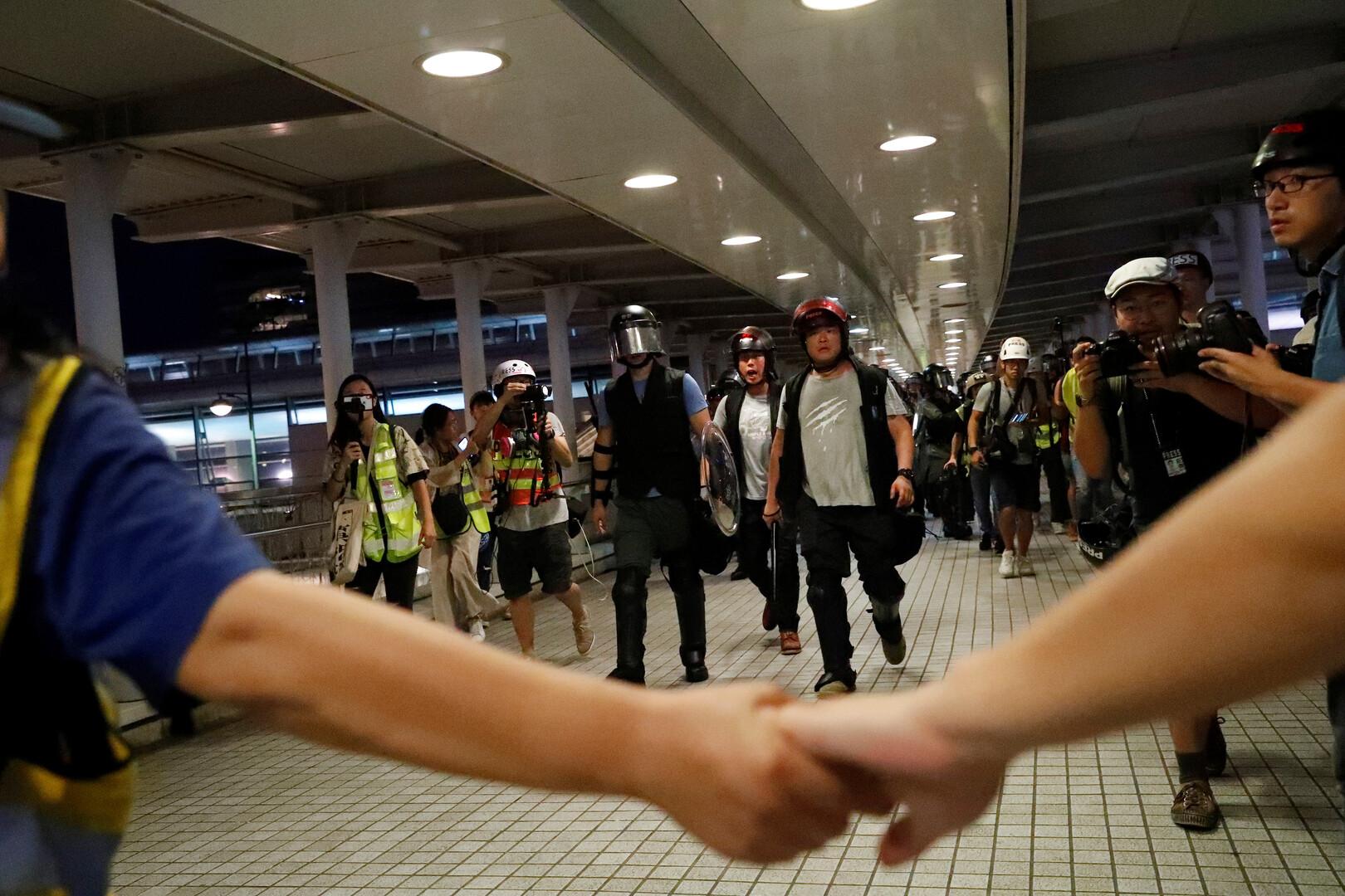 هونغ كونغ.. محاولات لتعطيل المترو ودعوات لإضراب عام