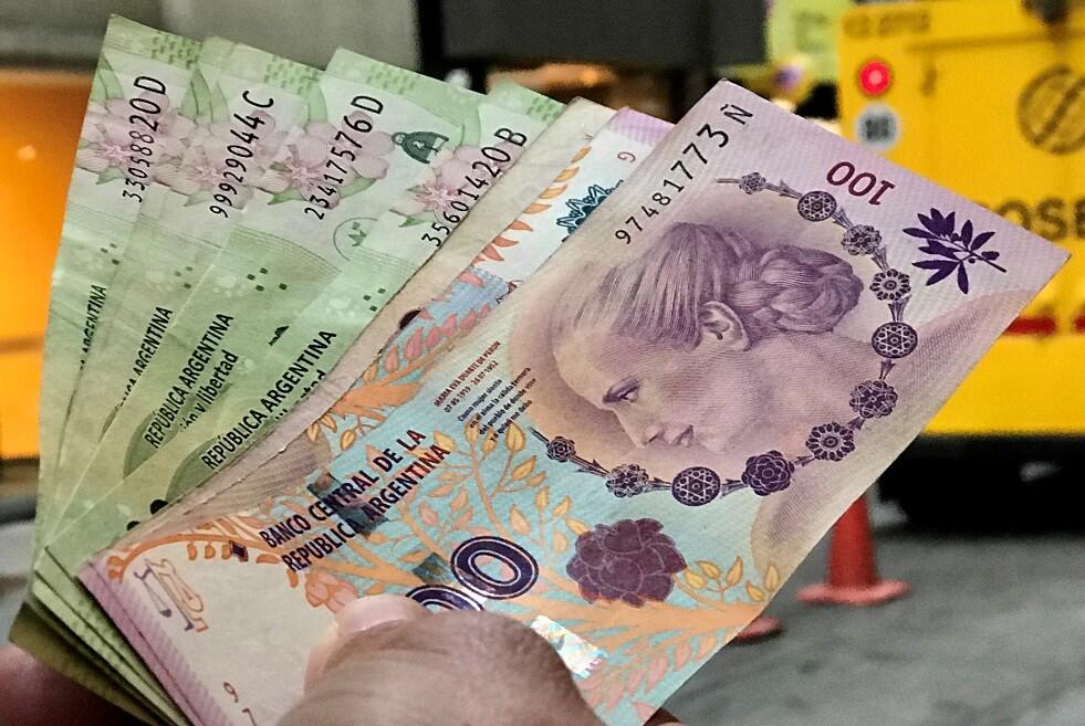 الأرجنتين.. إجراءات جديدة لكبح انهيار العملة الوطنية