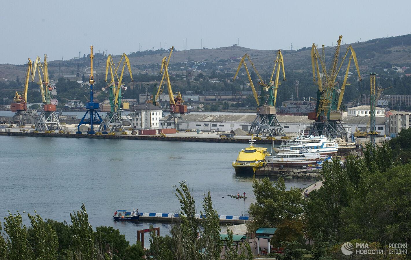 ميناء فيودوسيا بجزيرة القرم الروسية