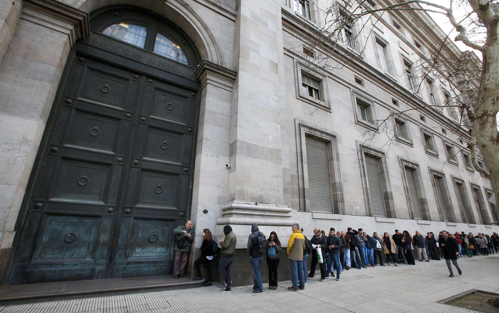 طوابير أمام المصارف في الأرجنتين بعد تقييد شراء العملات